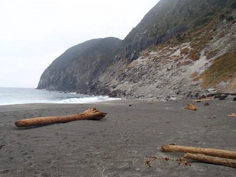 「新島に海岸漂着ゴミの清掃現場を視察した-西日本の海岸と異なり意外に綺麗だった」の画像