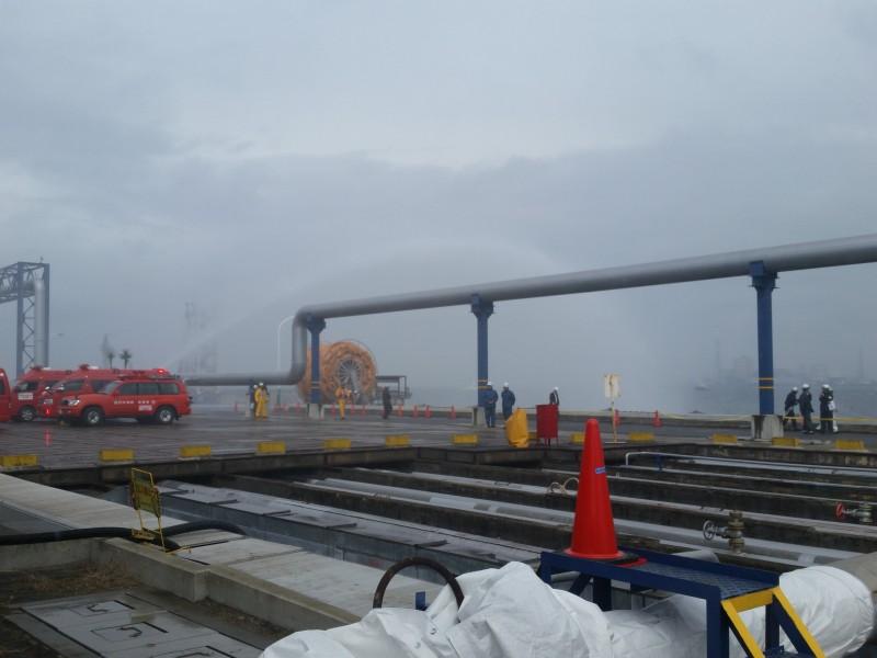②高圧放水車による海水を使った放水訓練