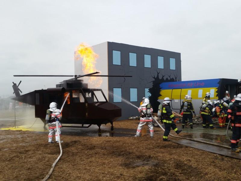 ④航空機火災の消火活動訓練