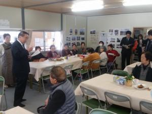 泉玉露応急仮設住宅集会所で入居者の方々を激励