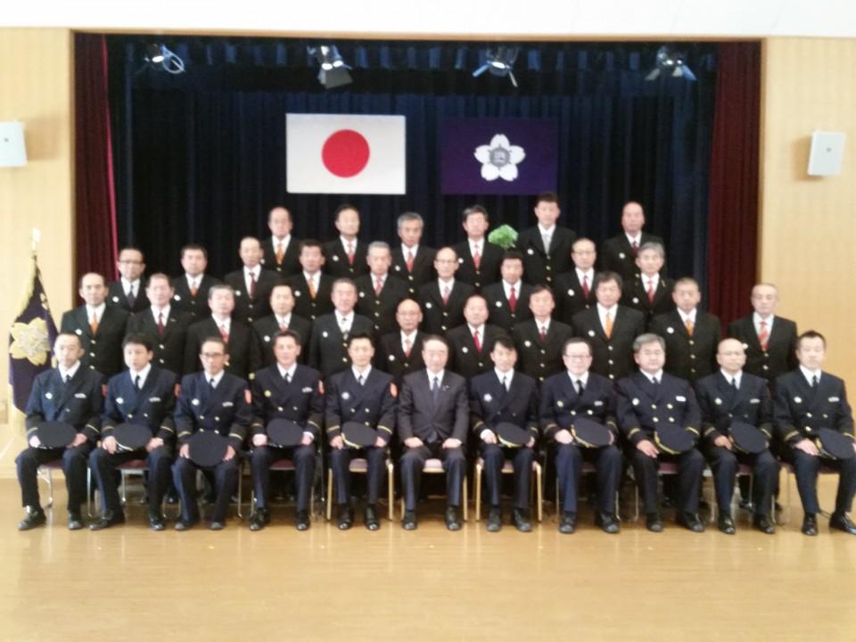 消防団長科学生の入校式で記念撮影