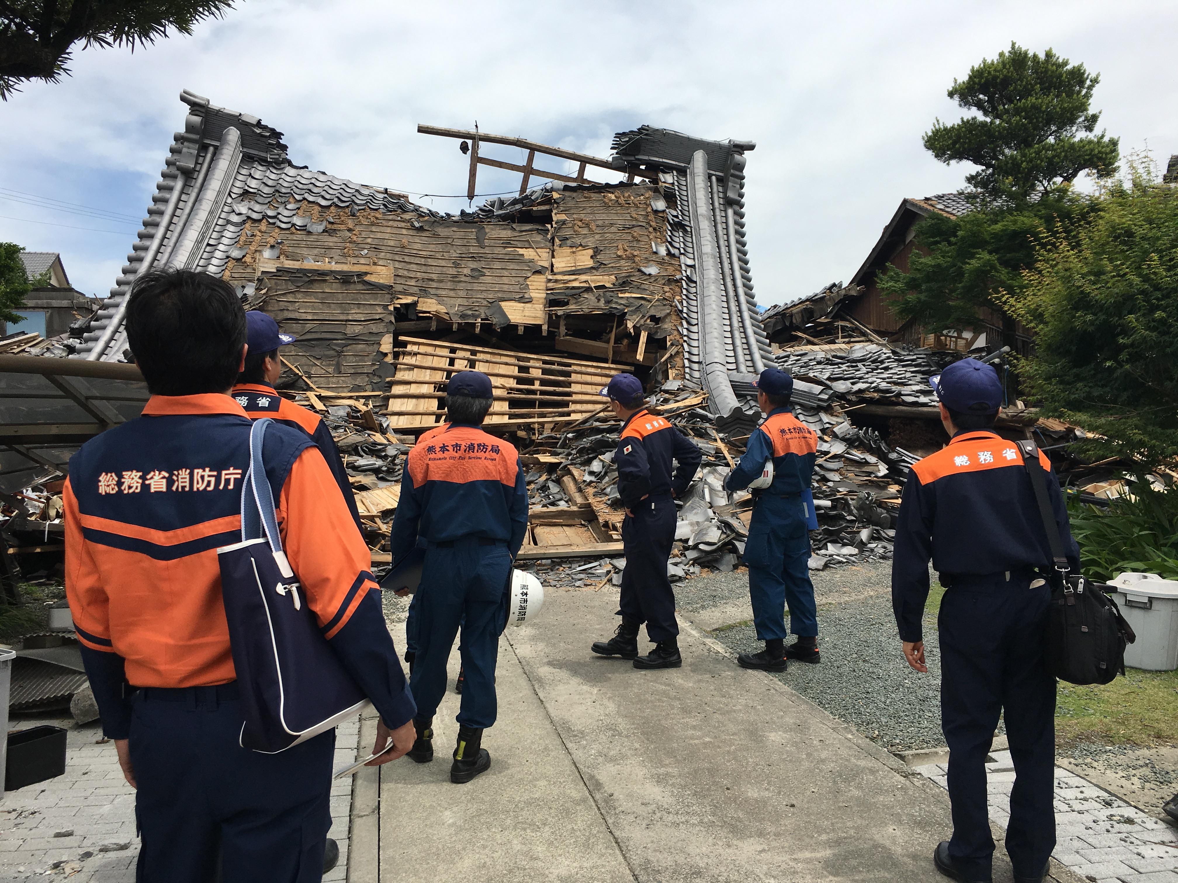 「熊本地震-復興に向けて被災地の要望を聞き、激励-5月21日熊本県熊本市、西原村、益城町を視察」の画像