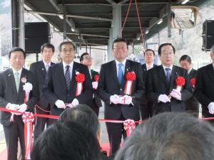 釜石駅出発式 左から中村三陸鉄道社長、深沢JR東日本社長、大塚国土交通副大臣、渡辺復興大臣