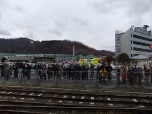 歓迎の旗を振る人々